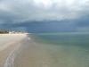 темная туча над пляжем