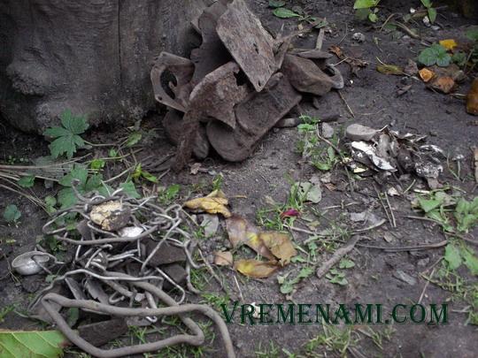 коп мусора металлоискателем на огороде