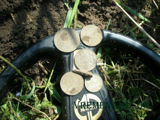 находки монет ACE 250 в одной ямке