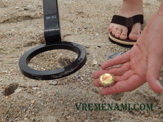 пляжная находка с металлоискателем