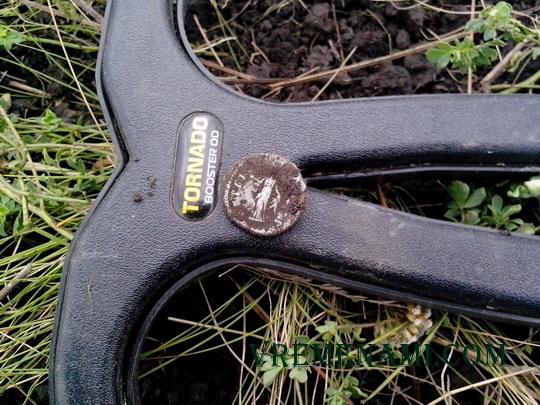 денарий только из земли лежит на поисковой катушке
