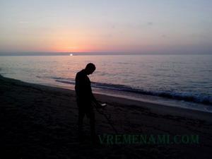 поиск металлоискателе на морском пляже