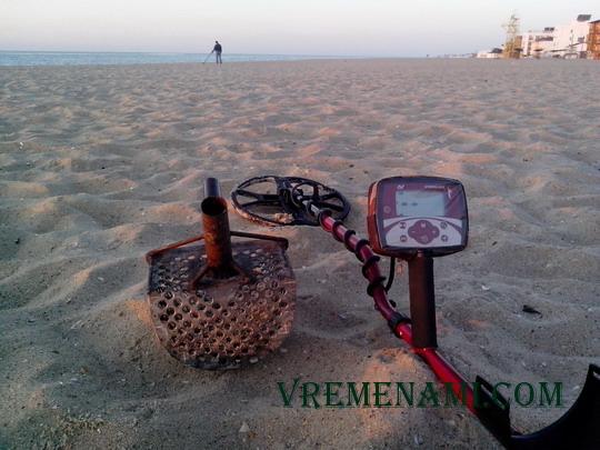 утро на пляже с металлодетектором