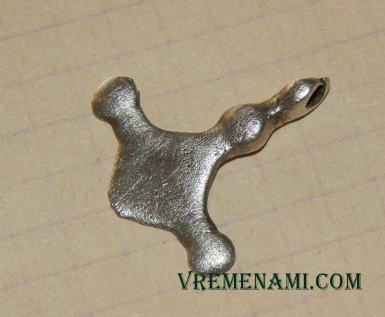 обломок серебряного крестика КР