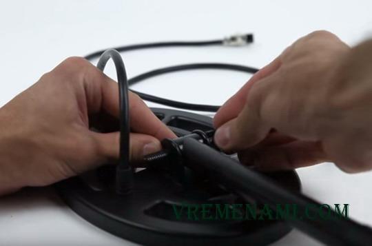 крепление катушки на нижнюю штангу металлоискателя